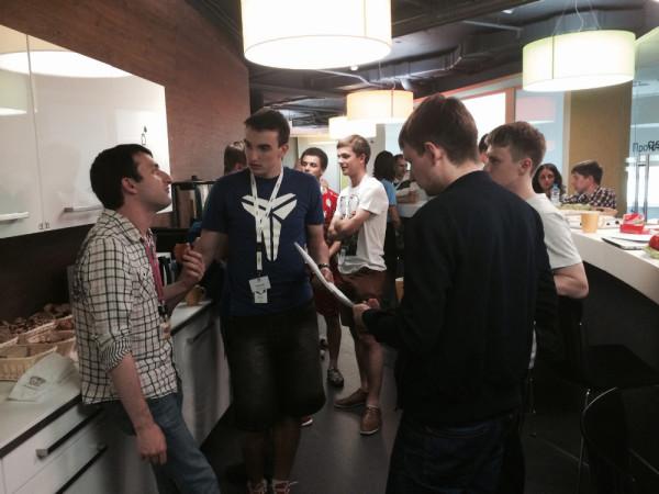 Евгений (клетчатая рубашка) из команды организаторов Yandex Camp